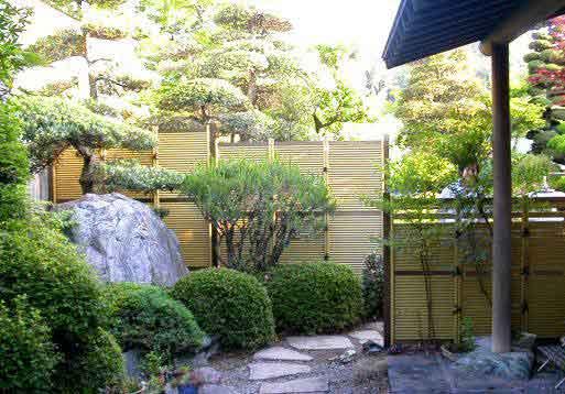Fences In A Japanese Style Garden Misugaki Fence Panels In A Garden.