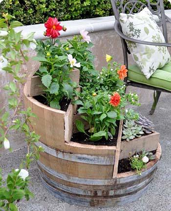 Multi tiers barrel planter - Como decorar el jardin ...